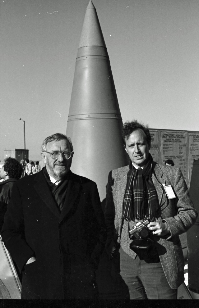 Two Dutch diplomats and a VX warhead for Scud missiles. © Hans de Vreij